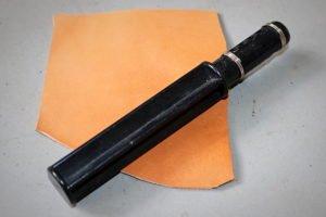 Comment fabriquer un lacet en cuir soi même avec le coupe lacet ? - point-sellier.com Tithouan - apprendre la maroquinerie et le travail du cuir