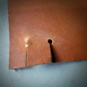 Stage maroquinerie point-sellier - faire un trou au bout d'une fente dans le cuir pour éviter la déchirure
