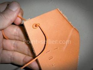 Noeud pour bloquer le lacet lors de la fabrication d'une bourse en cuir - point-sellier