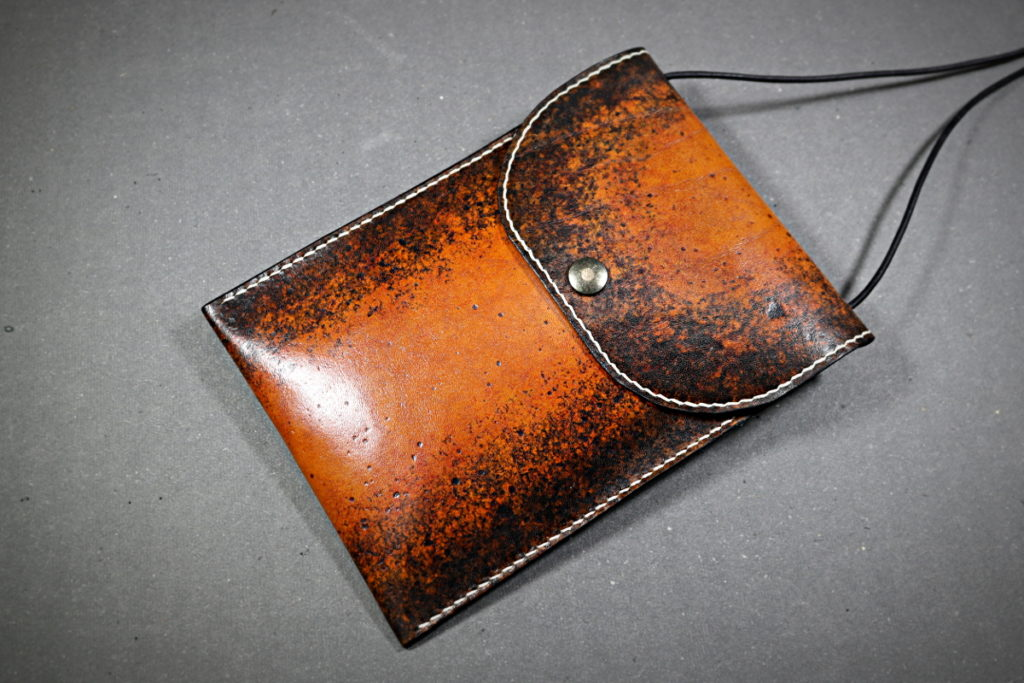 patron pochette cuir bandoulière teinté tannage végétal vintage cousu main au point sellier - tithouan pour Point-sellier.com