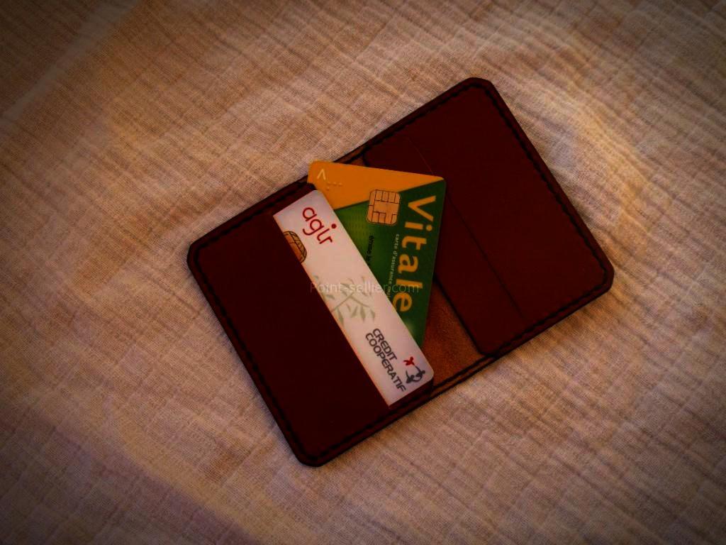 Porte cartes bleue à volet en cuir maroquinerie artisanale