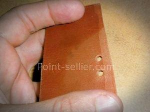 trou à l'emporte pièce qui ressort de la fleur du cuir - astuce maroquinerie et travail du cuir
