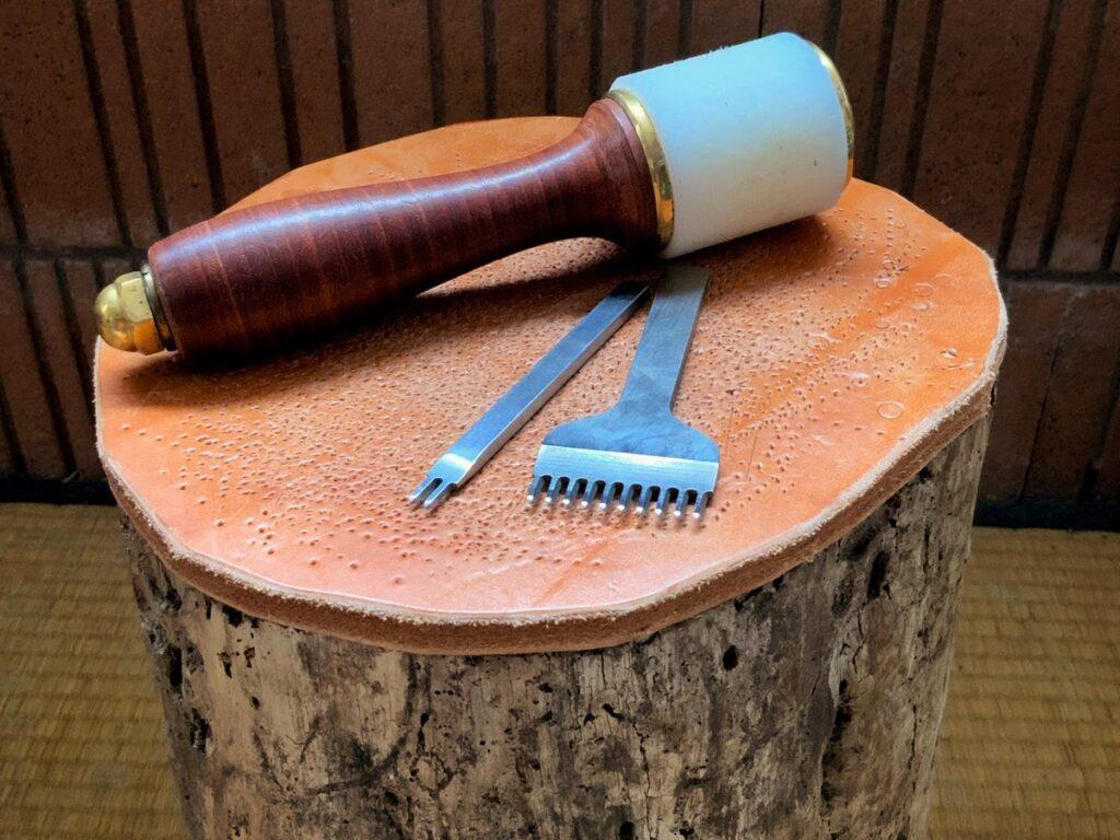 Utiliser une buche comme biollot de frappe pour les griffes à percer le cuir - astuce maroquinerie - tithouan pour point-sellier.com